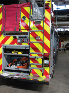 (3) This unit shows an access ladder in the stowed position. The apparatus manufacturer has provided a standing area on the top of the rig plus a full-width lower rear step.