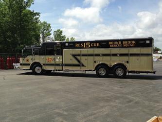 tandem-axle combination walk-in and walk-around heavy rescue truck