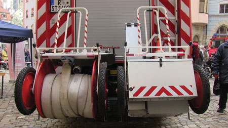 6 The hose cart (left) and traffic safety cart (right) at the rear of the rescue-engine